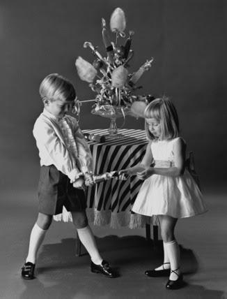 http://flamingodancer.files.wordpress.com/2010/11/christmas-children-pulling-a-christmas-cracker-photo-jonh-french-1962.jpg