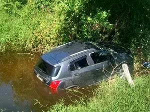 Carro roubado é encontrado dentro de lagoa no Espírito Santo (Foto: Leitor A Gazeta)
