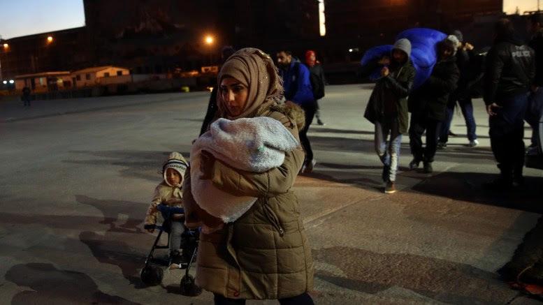 File Photo: Πρόσφυγες αποβιβάζονται από το πλοίο 'Νήσος Σάμος' που έδεσε στο λιμάνι του Πειραιά προερχόμενο από τη Μυτιλήνη ΑΠΕ-ΜΠΕ, Ορέστης Παναγιώτου