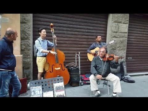 Turista se une a músicos en la calle y mira lo que pasa