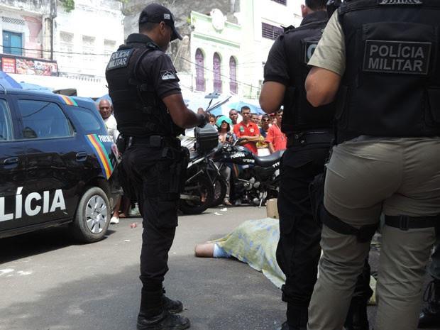 Fiscal foi morto em frente à Praça Dom Vital, por volta do meio-dia (Foto: Marina Barbosa / G1)