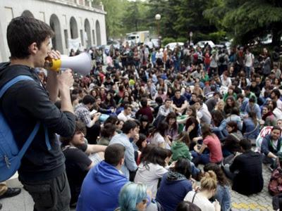 Estudiantes protestan en el rectorado de la Complutense.