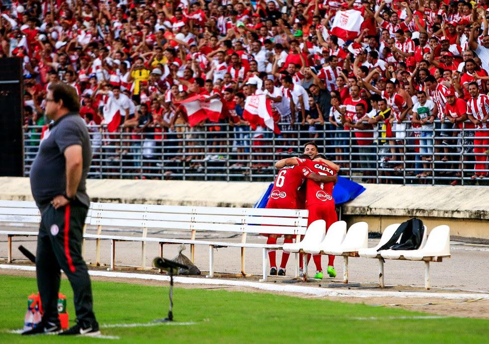 Diego marca contra o Inter e vai para abraço (Foto: Ailton Cruz / Gazeta de Alagoas)