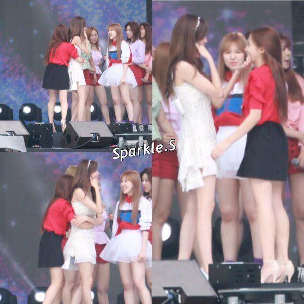 Imagen adorable de Yeri dando Yoona una copia de abrazo en el escenario.