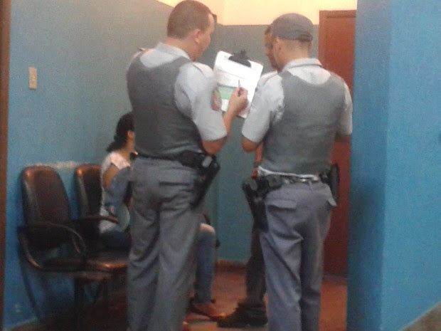 Policiais militares fazem o registro da ocorrência com o suspeito na delegacia em São José dos Campos. (Foto: Suellen Fernandes/G1)