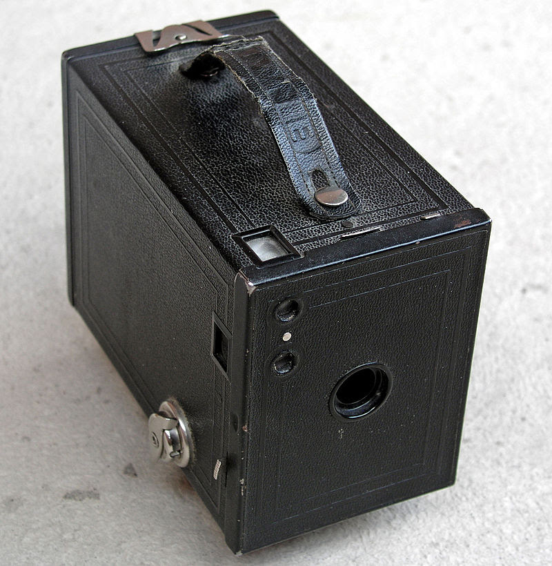 Kodak Box Brownie - CC BY-SA 3.0, https://commons.wikimedia.org/w/index.php?curid=222433