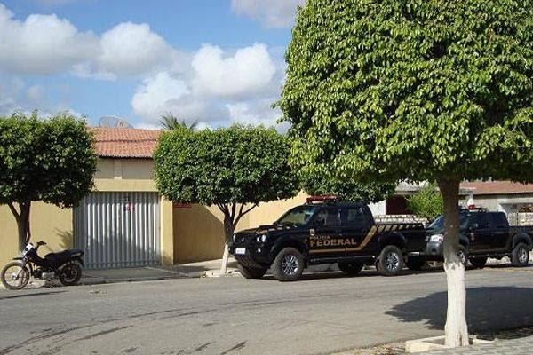 Polícia Federal cumpre mandados em casa de ex-prefeito, no Alto Oeste