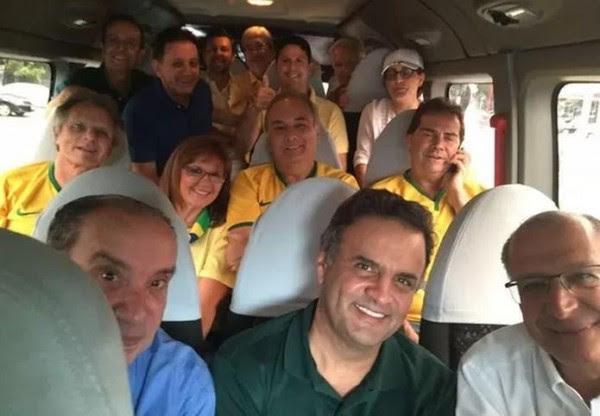 Aécio e colegas no ônibus para a Paulista (de onde ele sairia escorraçado)