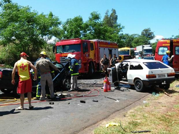 Carros bateram de frente em uma curva da rodovia PR-182, em Xambrê (Foto: Rogério Pinheiro/ RPC)