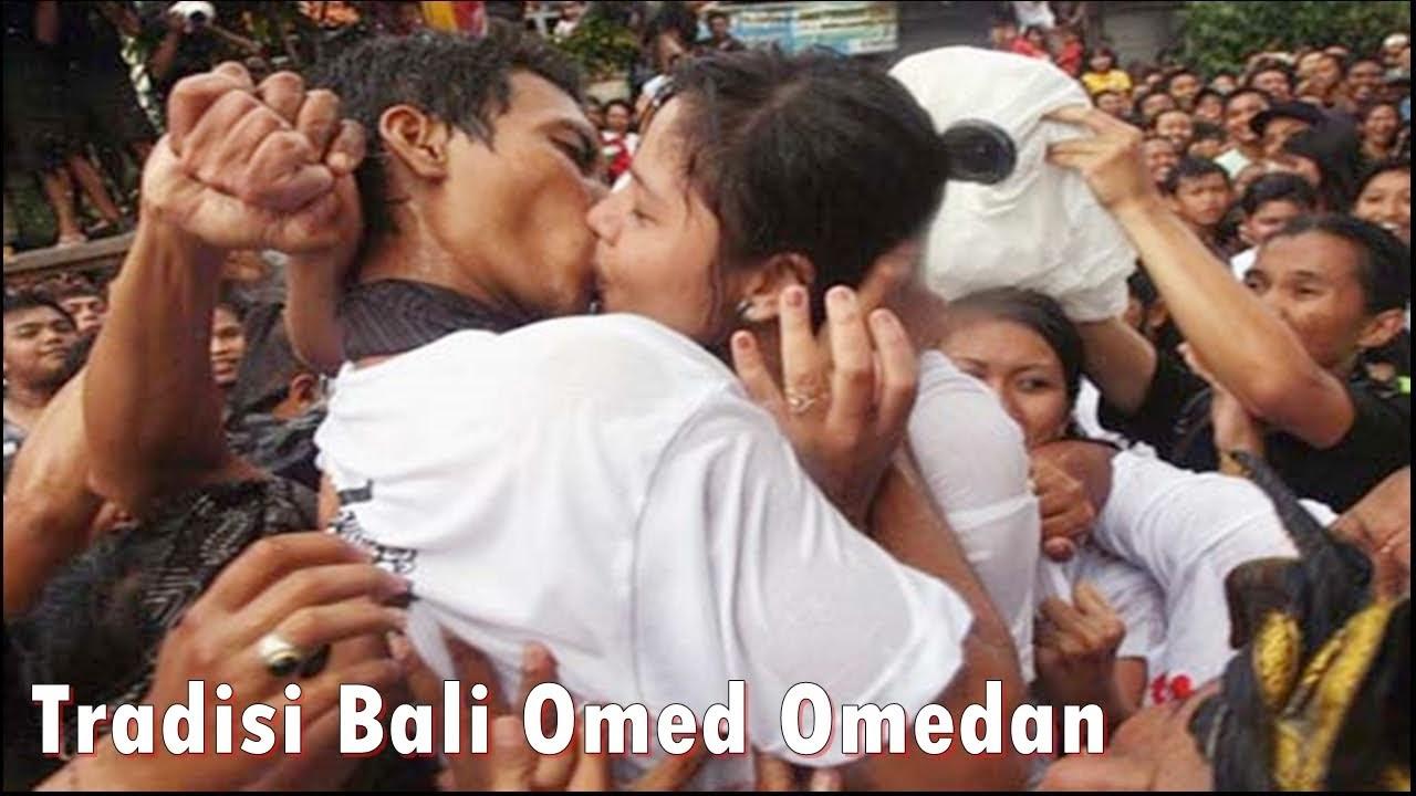 Tradisi Omed Omedan Ciuman Masal Bali