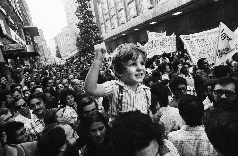 El niño Daniel Rivas es llevado a hombros por su padre en la primera gran manifestación de la democracia, celebrada en la calle de Preciados de Madrid, el 22 de junio de 1976, en protesta por la carestía de la vida.