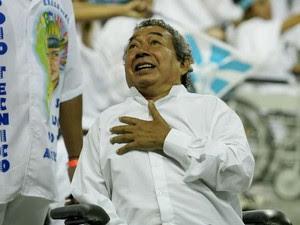 27 de fevereiro de 2006 - Afastado do Carnaval desde 2004, em razão de um derrame, Joãosinho apareceu na Marquês de Sapucaí em um carrinho motorizado junto a outros cadeirantes no desfile da Vila Isabel, escola campeã daquele ano (Foto: Dida Sampaio/AE)