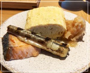 今日の朝食の焼き魚は、鮭とオキギス。