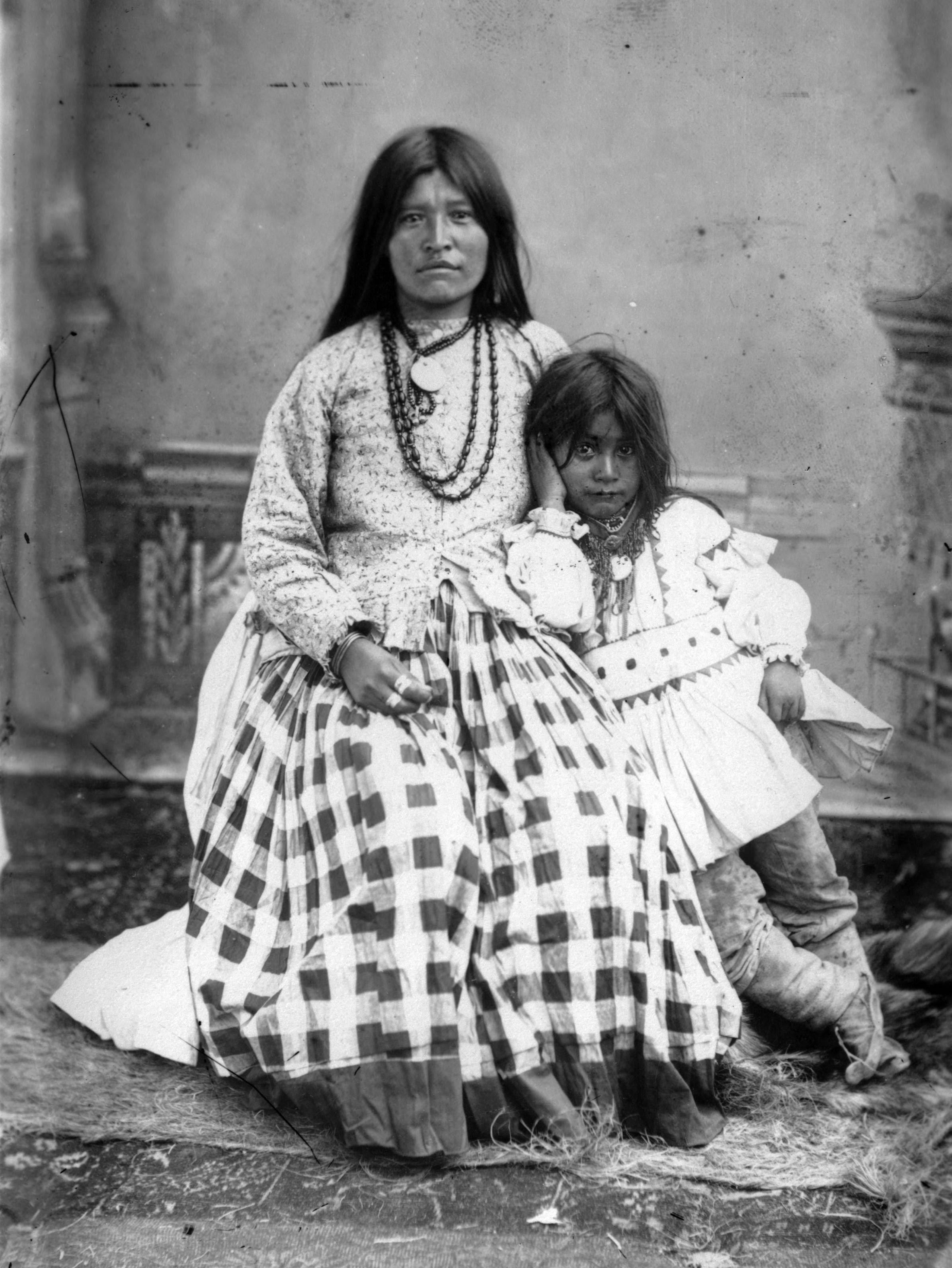 File:Ta-ayz-slath, wife of Geronimo, and one child.jpg