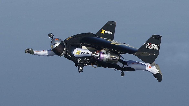 Conocido como Jetman, Rossy ha conseguido volar sin controles   mecánicos ni instrumentos, con apenas un altímetro y un pequeño   acelerador que maneja con las manos