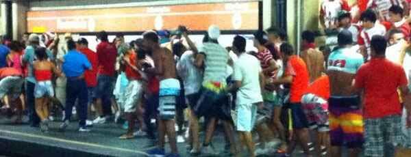 Torcedores se agridem em estação de metrô após o Clássico das Emoções (twitter.com/superesportesPE)