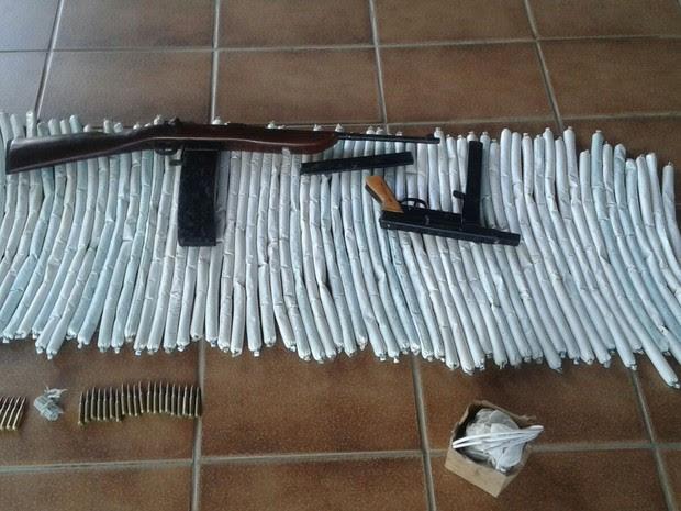 Explosivos foram encontrados escondidos dentro de um veículo (Foto: Divulgação / Polícia Militar)