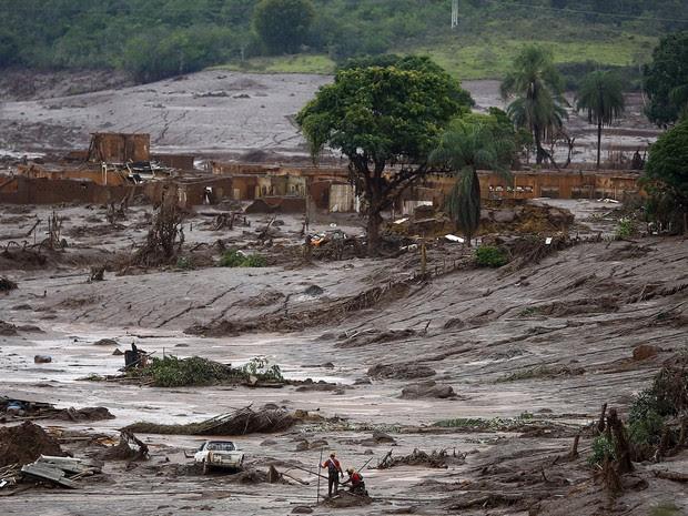 8/11 - Bombeiros trabalham na busca por vítimas no distrito de Bento Rodrigues, em Mariana, neste domingo (Foto: Ricardo Moraes/Reuters)