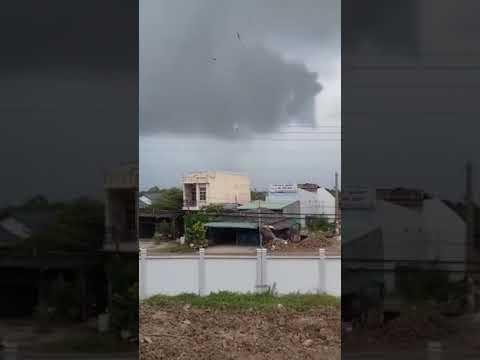 Clip Lốc xoáy ập vào cuốn phăng nóc nhà ở Biên Hòa