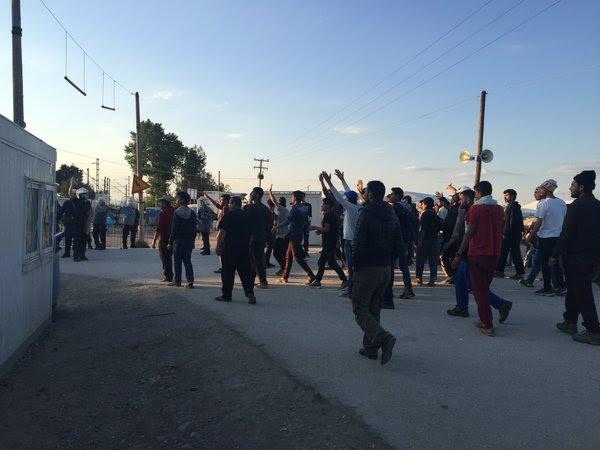 Ειδομένη ώρα μηδέν: «Καζάνι» που βράζει ο καταυλισμός – Φωτιές και συγκρούσεις με την Αστυνομία λίγο πριν την γενικευμένη εξέγερση – Αποκλειστικές εικόνες (vid) - Εικόνα1