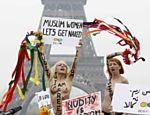 Ativistas ucranianas (Femen) protestam próximo à torre Eiffel, em Paris, contra o que elas chamam de política contra mulheres do Islã