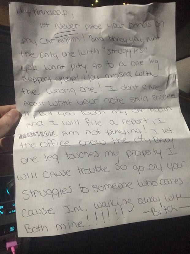 """A carta deixada por uma vizinha em resposta à reclamação de Ashley pela vaga ocupada: """"Você mexeu com a pessoa errada!"""" (Foto: Reprodução / Facebook)"""