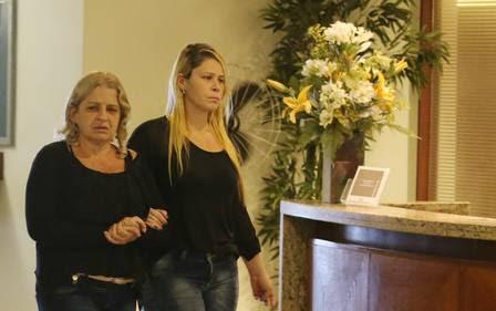 Mãe da vítima está emocionada durante velório