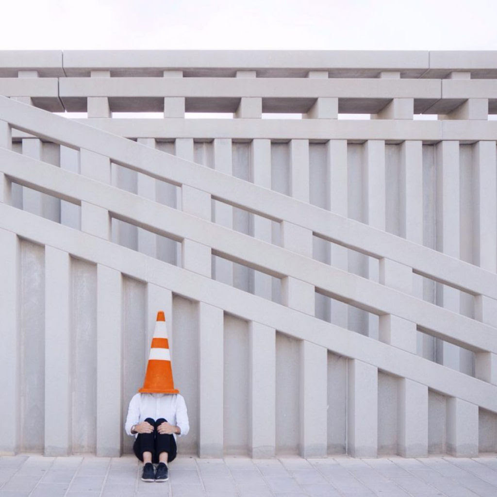 As criativas fotos de um casal que viaja o mundo brincado com a arquitetura 20