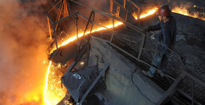 Trabajador de una planta siderúrgica china. REUTERS/Stringer
