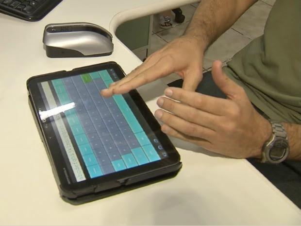 Tablet converte os textos e código em braile é enviado para o mouse. (Foto: TV Verdes Mares / Reprodução)