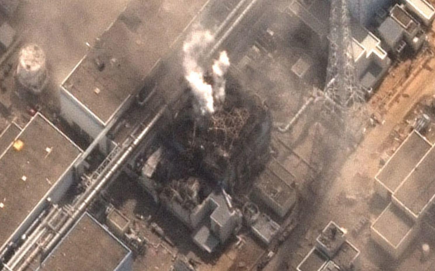 Fig. 38 : Plusieurs panaches blancs sortent du puits de cuve juste après l'explosion  (Détail photo Digital Globe)