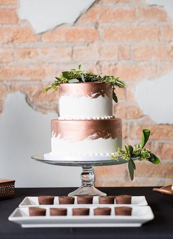 weiß und Kupfer Pinselstrich Hochzeitstorte garniert mit grünen