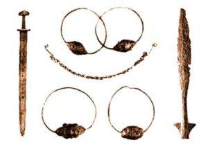 Сребрне наушнице, бронзани ланчић (IX – X век), гвоздено копље и мач (почетак IX века) са локалитета Могорјело код Чапљине на Неретви, неколико километара северно од границе Неретљана, у Захумљу.