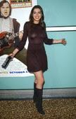 Anne Hathaway Minivestido Transparentando Tetas Con Botas