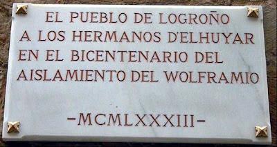 Placa conmemorativa del bicentenario del aislamiento del wolframio (1983) por los hermanos Delhuyar, calle de Santiago, nº 3, Logroño. Una de las casas en la que vivieron los hermanos Delhuyar.