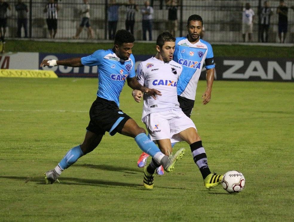 Paysandu dominou no segundo tempo, Wesley (esquerda) descontou, mas clube do Pará não evitou derrota fora de casa (Foto: Andrei Torres/ABC)