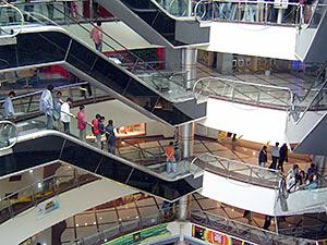 Gente en centro comercial