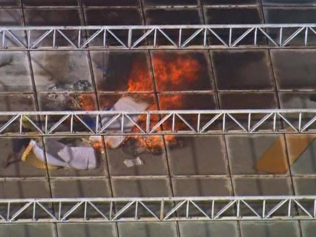 Menores atearam fogo em materiais durante rebelião (Foto: Reprodução/TV Globo)