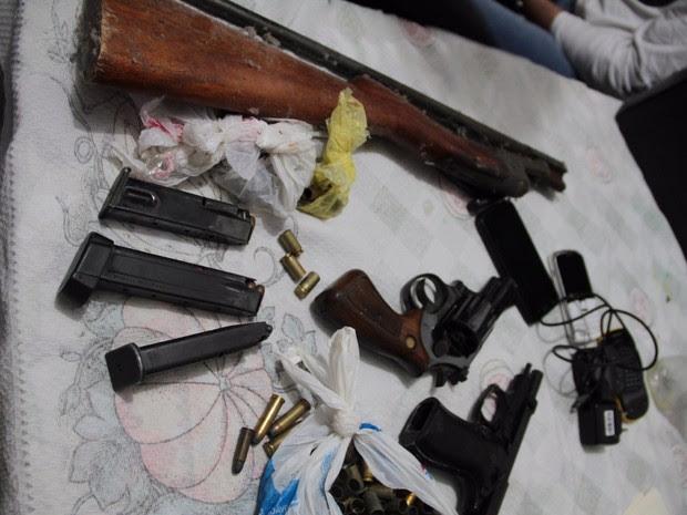 Armas apreendidas com um dos suspeitos durante operação das polícias Civil e Militar em Londrina (Foto: Divulgação/SESP-PR)