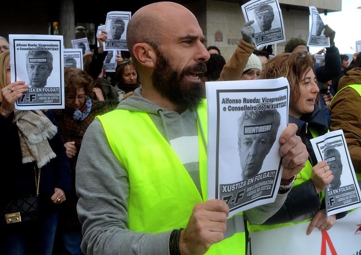 Pablo Valeiras, portavoz de Alternativas na Xustiza-CUT, na concentración de traballadores en Vigo no primeiro día de folga indefinida na Xustiza galega