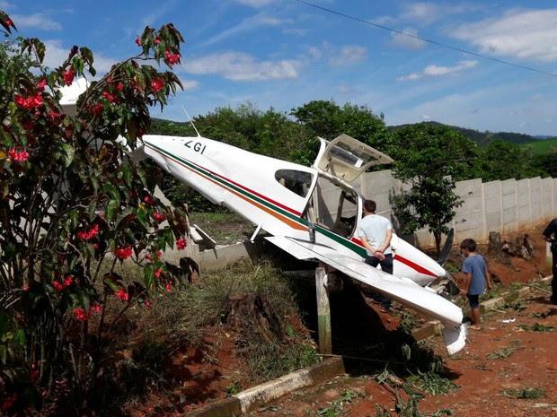 Avião monomotor caiu próximo a pista do aeroporto de Socorro (SP) e bateu no muro de uma pousada.  (Foto: Reprodução EPTV)