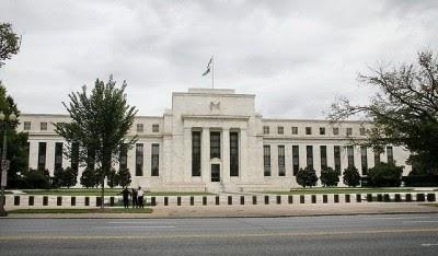 A Fed continua a dar respiração artificial à banca à custa de tirar oxigénio às pessoas