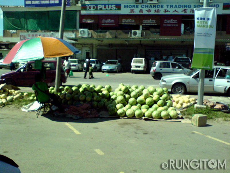 Selling melons under the hot sun Honeydew and the weekend life in Kota Marudu town