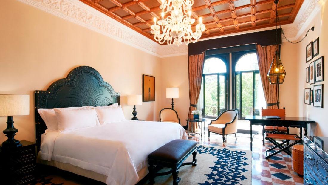 Sin perder el sabor tradicional andaluz pero con una exquisita decoración en maderas nobles y colores más oscuros, las habitaciones castellanas llenan de elegancia y confort al Hotel Alfonso XIII.