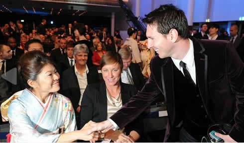 Messi saluting Homare Sawa from Japan, at FIFA Balon d'Or 2011-2012 gala/ceremony