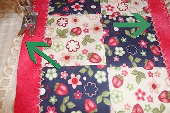 Costure pontos decorativos para fixar o barrado no piquê