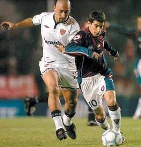 Leandro Romagnoli trata de escapar a la marca de Sergio Orteman; en el equipo de Boedo mañana asumirá el Bambino Veira como DT