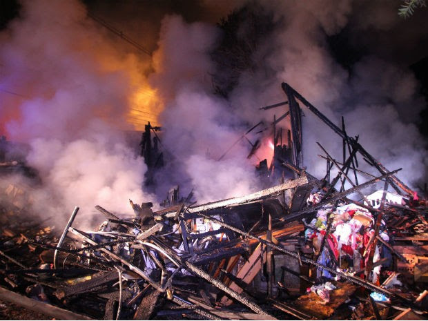 Residência ficou completamente destruída pelas chamas  (Foto: João Carlos Frigério / AE)
