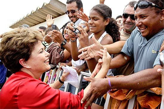 Dilma cumprimenta populares na chegada a Irecê; no local, presidente anuncia reajuste no Bolsa Família