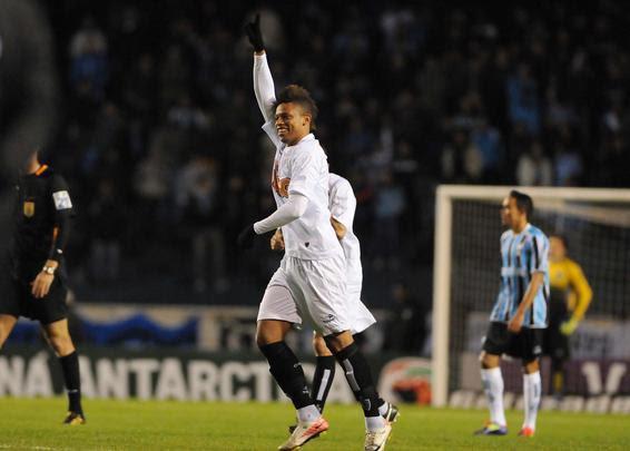 Lance da partida entre Grêmio e Atlético, no Olímpico - Edu Andrade/Folhapress